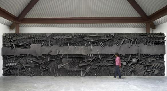 Arnaldo Pomodoro, Le battaglie, 1995 fiberglass con polvere di grafite, 320 x 1200 x 65 cm (foto Dario Tettamanzi) una delle opere iesposte in occasione della grande mostra in onore allestita a Palazzo Reale dal 30 novembre al 5 febbraio in onore di Amaldo Pomodoro, Roma, 20 Novembre 2016. ANSA/ US    +++ ANSA PROVIDES ACCESS TO THIS HANDOUT PHOTO TO BE USED SOLELY TO ILLUSTRATE NEWS REPORTING OR COMMENTARY ON THE FACTS OR EVENTS DEPICTED IN THIS IMAGE; NO ARCHIVING; NO LICENSING +++ +++EDITORIAL USE ONLY - NO SALES+++