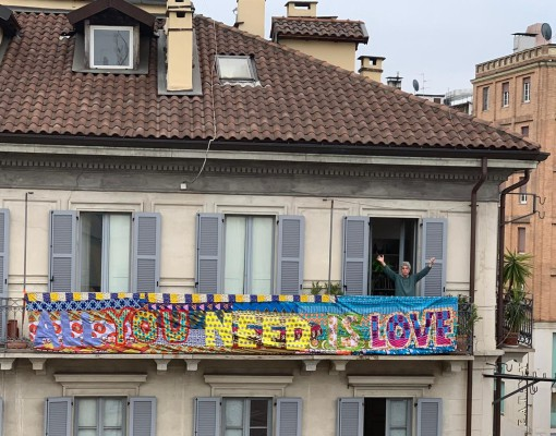 Sul-Corriere-l'installazione-dell'artista-Felipe-Cardena-titolo-All-we-Need-is-Love